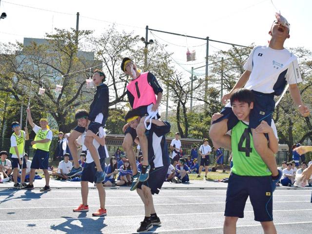 体育祭(11月) 雲一つない青空の下で、生徒たちは競技に励みました。