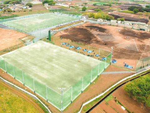狭山ヶ丘学園総合グラウンド。新施設は写真奥・野球場とサッカーコート側に建設中