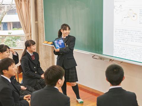 他学年で集まり、iPadを使用して学習発表を行うようす
