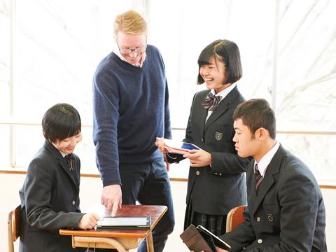 授業では生徒同士が話し合う時間などを多くとり、みんなで助け合うよう促す。コミュニケーションを活発に取ることで、生徒が一緒に頑張れる環境をつくる。