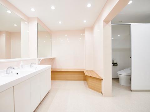 広々と清潔に改装されたトイレ。校舎内の全ての改装に向け、現在進行中だ。