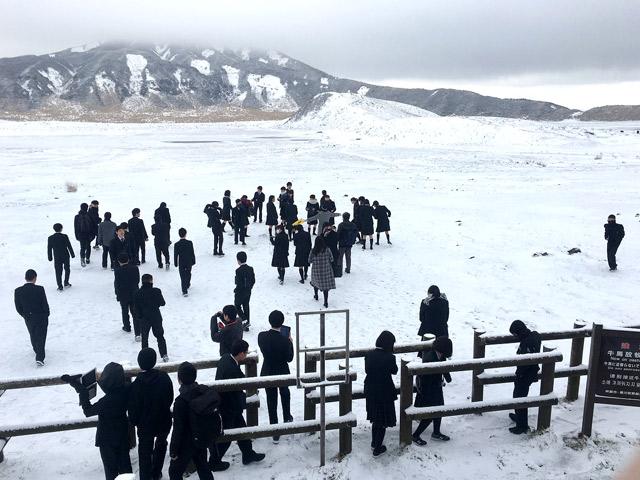 修学旅行 阿蘇の草千里では雪が積もっていました