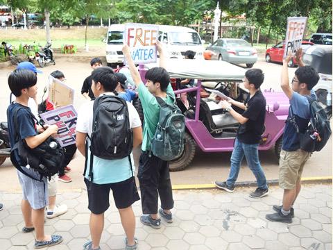 カンボジアでの研修に参加する生徒たち