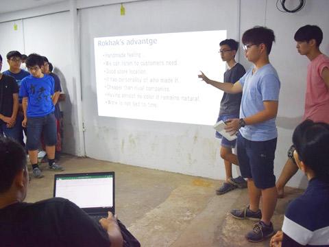 企画を発表する生徒たち