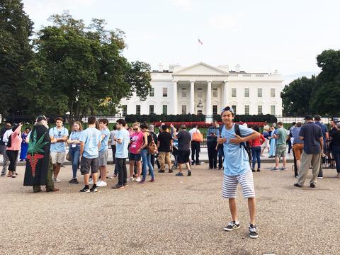 小林くん ホワイトハウス前にて