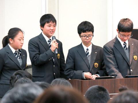 英語でスピーチをする生徒