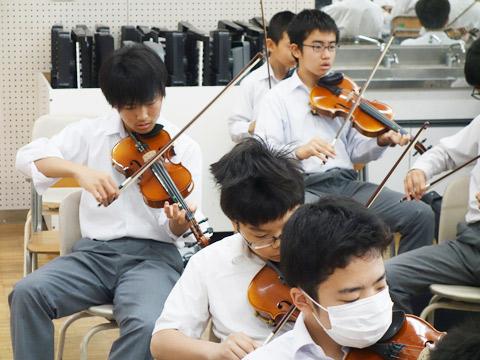 バイオリンを練習している生徒