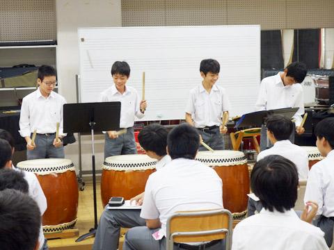 和太鼓を練習している生徒