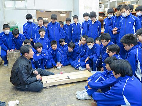 寺西先生の指導に熱心に耳を傾ける