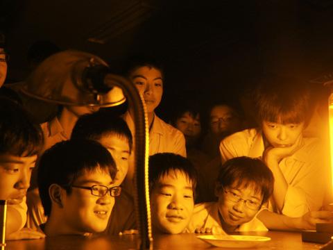 ナトリウムランプで黒い炎を見る