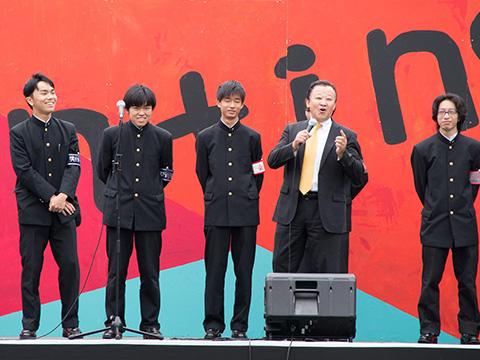 文化祭を盛り上げる校長の武藤先生