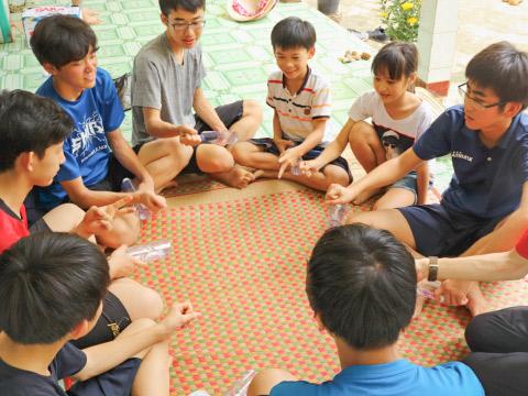 村の子供達と手遊び