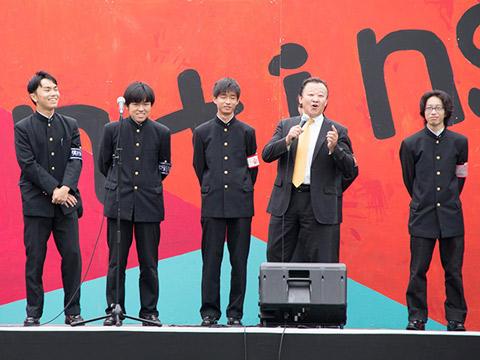 ステージに立つ実行委員会のメンバーたち