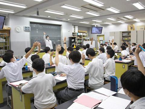 積極的に手を挙げる生徒たち