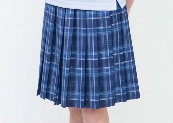 高校生は青色のスカート