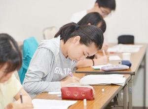 4泊5日の期間中、前向きに勉強に励む生徒たち