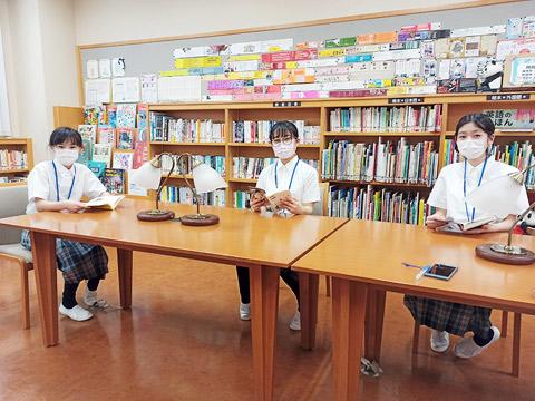 図書室で自習する生徒たち
