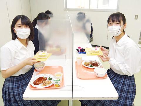 寮の食堂で食事をする生徒たち
