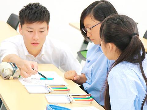 秀明大学学校教師学部の大学生による授業サポート
