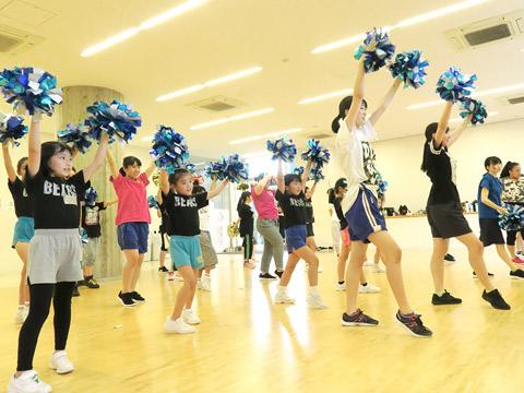 地域の小学生とも活動を行うダンス&チア部のようす