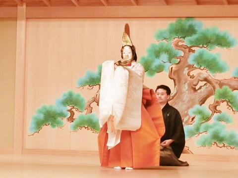 観世流能楽師の清水義也先生にご指導いただいた「吉野静」の舞を披露するようす