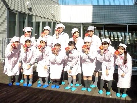 イキイキした笑顔で自分たちが育てた真っ赤なリンゴを手にする生徒たち