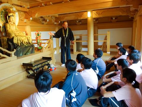 「涅槃会」に参加し、仏教について学ぶ生徒たち