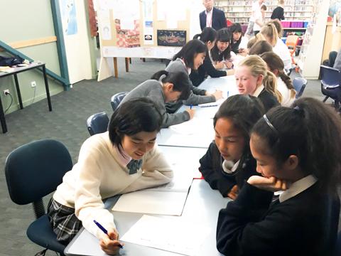ニュージーランドの学生に日本文化を紹介する生徒のようす