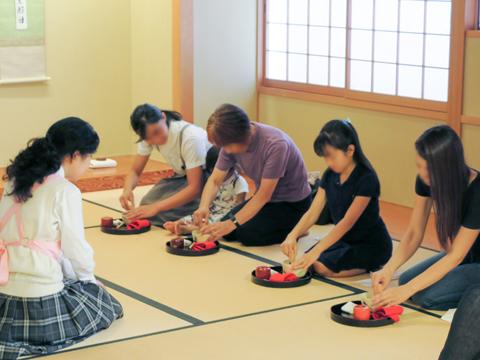 茶道部では、普段の練習の成果を参加者に披露。珍しそうに生徒のお点前を見ていた参加者も、生徒を手本にして、自分でお茶をたてていて満足そうでした。