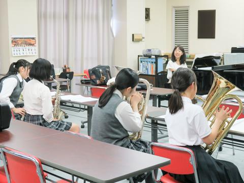 吹奏楽部では楽器を貸し出し、演奏体験を提供。参加者に楽器の使い方を優しく教えている淑徳SCの生徒たちが印象的でした。