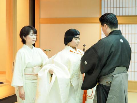 """能楽の装束を着用する生徒。座学だけではなく、実際に""""謡""""や""""舞""""にも挑戦して日本文化に触れます。"""