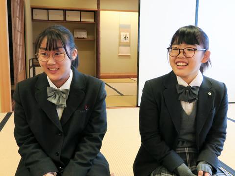 「サマースクール後も先生のお弟子さんたちと同じ舞台に少しだけ参加させていただくなど、とても貴重な体験ができました」とうれしそうに話す加山千愛さん(左)と谷ツ田彩奈さん(右)。
