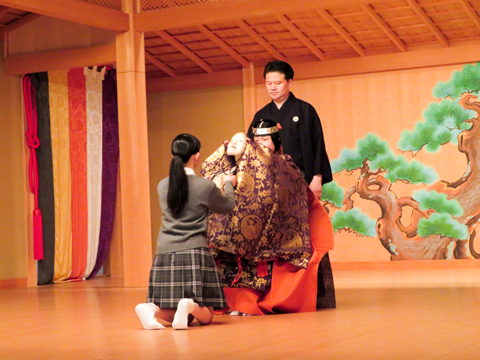 発表前、舞台上で面をつける生徒。「面を受け取るときの張り詰めた空気は、特別なものをつける感動と緊張の瞬間でした」と谷ツ田さん。