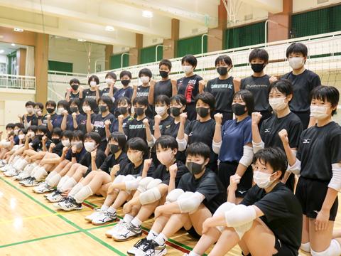 中学・高校バレーボール部の生徒たち。一秒も無駄にしない圧巻の集中力で練習を行う生徒たちからは、一人ひとりのモチベーションの高さがうかがえました。