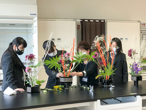 女子校らしい品格のある華道部は、華道家元の池坊の先生方が生徒を指導。月に2回程度、土曜日の放課後に活動をしています。「いけばなの根源池坊展~東京花展~」に出瓶するなど、学外での活動にも積極的です。色とりどりの花を変形花器に美しく生けました。