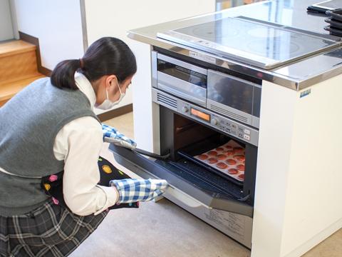 クッキー作りを楽しむ生徒。メニューは学校が決めたものではなく、生徒が作りたいものを企画します。普段は料理をしない生徒も部活では友達と楽しく料理ができるそう。次回は「塩キャラメルとカップケーキ作り」に決定!