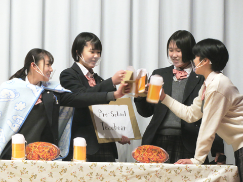 ラプンツェルが酒場で出会う盗賊を演じる生徒たち。ビールやパスタを小道具で見事に再現。このシーンは生徒たちが「全員の見せ場をつくりたい」と自分たちで演出を追加しました。