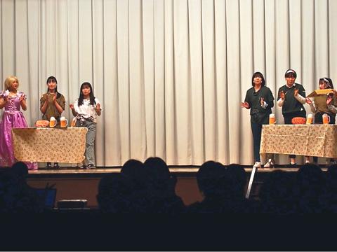 生徒たちが演出を考えた酒場の場面。