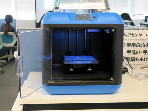 授業で使用する3Dプリンタ。パソコンでデータ設計をした立体物の印刷が可能な機械です。淑徳SCでは2台のプリンタを使って授業を行います。
