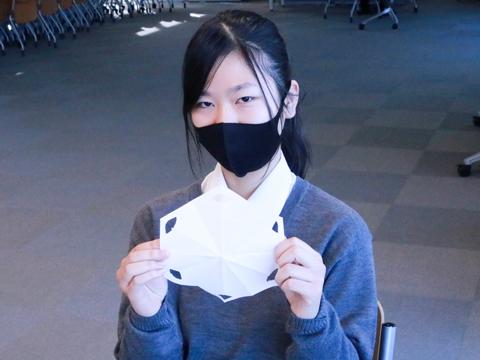 授業で行った折り紙の雪の結晶。「いきなりパソコンで設計を行うのではなく、折り紙で構造について学んでから作業をしたので、理解しやすかったです」と話すYさん。