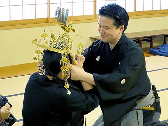 能楽の授業 能楽師の先生を招き、日本文化の素晴らしさを学びます。