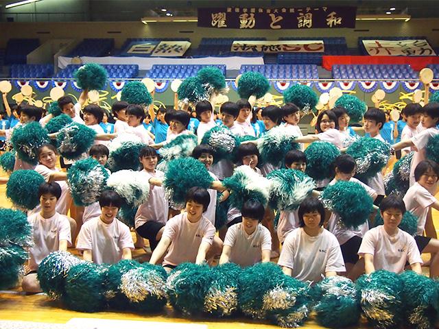 体育大会 息の合ったダンスを披露。競技も懸命に取り組みました。