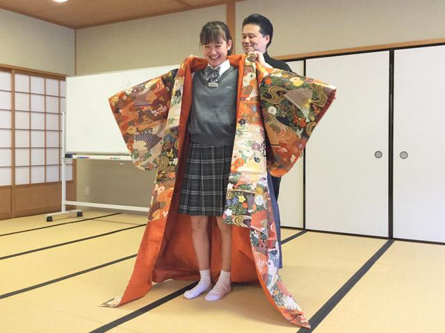 日本学/授業では型や謡を学び、8月のサマースクールで発表を行います。