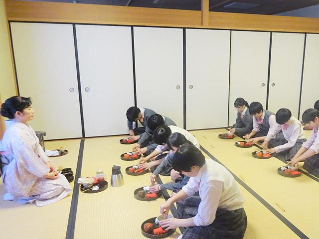 日本学/茶道作法を学びながらおもてなしや思いやりの心を養います。