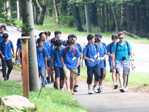 散策する生徒たちと講師
