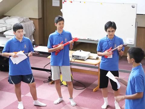 ミュージカルの練習を重ねる生徒たち。演目は「SCHOOL OF ROCK」。