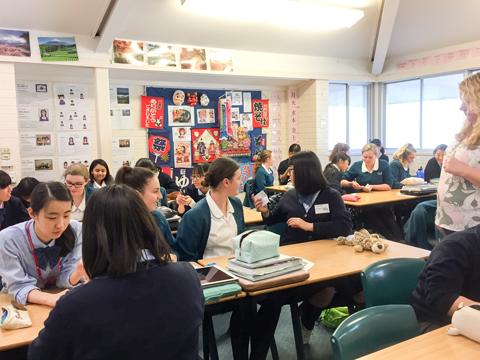 現地の授業では生徒同士の話し合いが中心で、終始にぎやかに進む