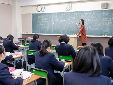 「苦手を克服したい生徒のためには、基礎を徹底的にやり直します」と佐東先生。