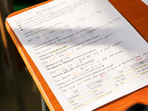 学校再開後の授業では、オンラインで学んだ箇所の再確認から入る。