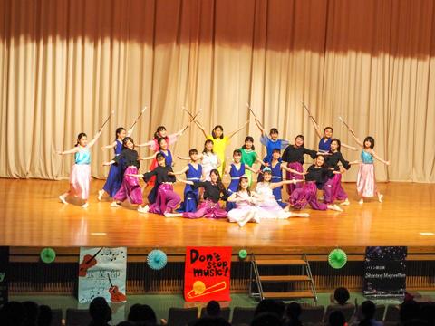 バトン部「Shining Majorettes」ディズニーの曲に合わせて、グループごとに優雅なバトンさばきを披露。各曲のイメージに沿った色とりどりの衣装と振り付けが素敵でした。クライマックスの全部員による踊りは大迫力!